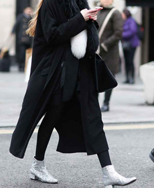 Κοπέλα φοράει γκρι flat μποτάκια γυναικεία από την συλλογή των Olympic Stores