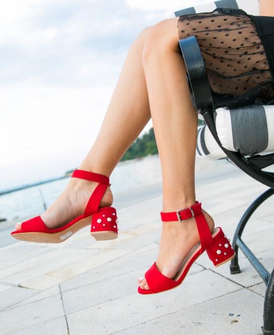Κοπέλα φοράει κόκκινα πέδιλα με χοντρό τακούνι από τα Olympic Stores