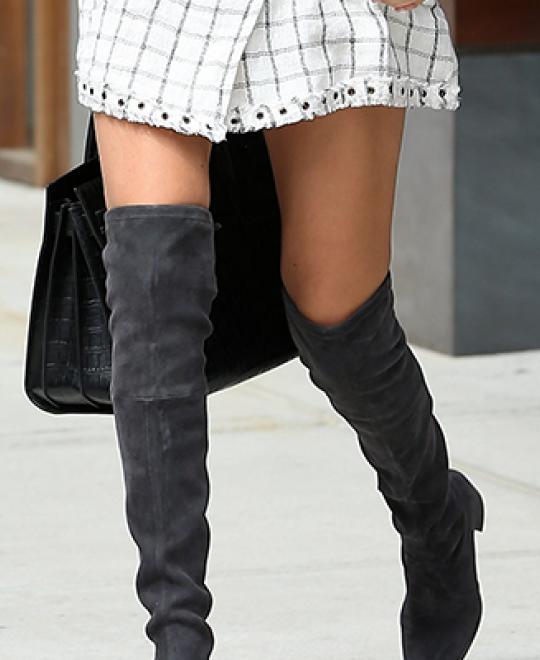 Κοπέλα φοράει γκρι γυναικείες μπότες πάνω από το γόνατο από την συλλογή των Olympic Stores